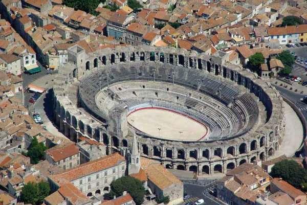 Rzymski amfiteatr z 2 tys. miejsc to najsłynniejszy zabytek w Arles