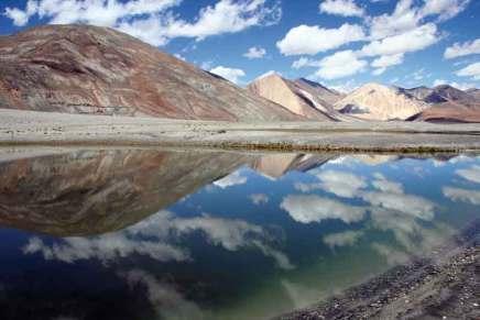Długie na ponad 130 km i szerokie na 5 km jezioro Pangong Tso Indie dzielą z Chinami (krążą po nim patrole obu państw). Akwen leży na wysokości 4350 m n.p.m. Przy odrobinie szczęścia można gołym okiem dostrzec na dnie kamienie szlachetne: szmaragdy i rubiny w naturalnej, matowej postaci. Sezon turystyczny trwa tu od maja do września, a dojazd z Leh zajmuje około 5 godzin.