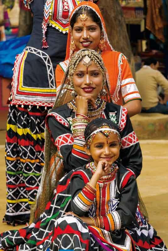 Za sprawą tradycyjnych strojów i budowli kontrastujących z pustynią Rajastanu uchodzi za najbarwniejszą prowincję Indii. W odróżnieniu od innych regionów subkontynentu kobiety tutaj noszą długie, czasem kilkuwarstwowe spódnice lehenga i krótkie bluzeczki – ćoli, których kolor daje świadectwo ich pozycji. Mężatki noszą się czerwono i w odcieniach różu. Żółto-czerwono stroją się matki, a na niebiesko i zielono – wdowy. Biżuteria jest nieodłącznym rekwizytem każdej kobiety.
