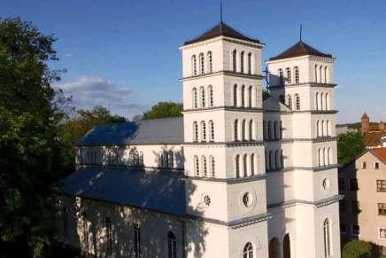 Cerkiew pod wezwaniem Świętych Apostołów Piotra i Pawła została zbudowana w latach 1818-1823 jako kościół protestancki. Jej budowę finansował król pruski Fryderyk Wilhelm III. Trójnawowa, pięcioprzęsłowa budowla wzniesiona w konstrukcji ryglowej na kamiennej podmurówce jest wybitnym dziełem architektury protestanckiej na Warmii.