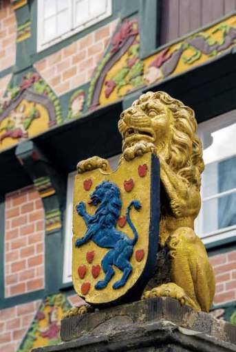 Złoty lew nad wejściem do Hoppenerhaus