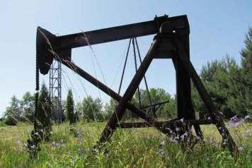 Za pomocą takich kiwaków wydobywano ropę naftową przed stu laty - skansen w Libuszy