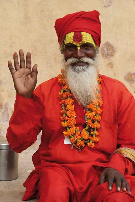 Sadhu (wędrowiec), jakich wielu można spotkać na szlakach pielgrzymkowych w Indiach. W Varanasi siadują na ghat (schodach), prowadzących do świętej rzeki Ganges. Przyjaźnie nastawieni do otoczenia, chętnie wdają się w rozmowy, nie bacząc na kolor skóry, płeć czy wyznanie rozmówcy.