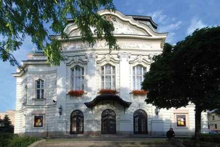 Budynek Teatru im. Adama Mickiewicza z obrotową sceną, podsceniem dla orkiestry i widownią o trzech kondygnacjach na 630 miejsc zbudowano w 1910 r. w stylu wiedeńskiej secesji.