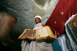 Mnich z Lalibeli pokazuje bezcenny manuskrypt
