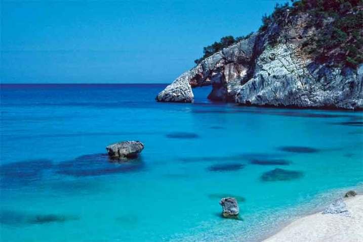 Fantazyjne skały są ozdobą wybrzeża wyspy