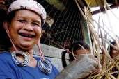 Płatki uszne wydłużają się od noszenia ciężkich ozdób, podkreślając urodę i atrakcyjność kobiet z plemienia Dajaków.