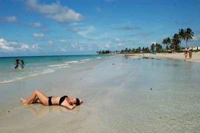 Białe plaże obsadzane palmami dzieli od Hawany pół godziny jazdy autobusem