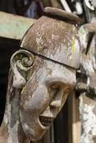 Wyrzeźbiona w drewnie głowa może być ozdobą albo należeć do opiekuńczego bóstwa. Dajakowie są przede wszystkim wyznawcami animistycznych kultów, choć są wśród nich również muzułmanie i chrześcijanie.