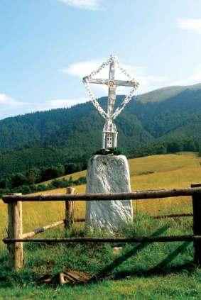 Drewniany krzyż na przełęczy Prislop