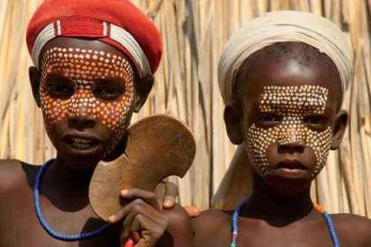 Chłopcy malowani zgodnie z tradycją plemienia Karo