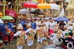 Parada grajków i tancerzy w Tirta Empu