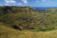 Krater wygasłego wulkanu Rano Kau wypełniają jeziorka