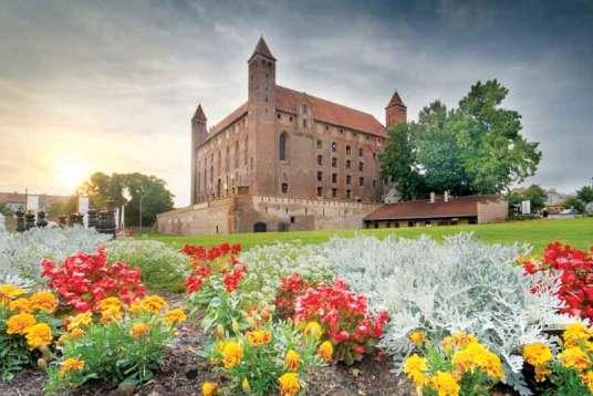 Zamek w Gniewie został wzniesiony po 1290 r. przez zakon krzyżacki. Rozbudowywana w XIV i XV w. warownia była siedzibą krzyżackiego komtura, a od połowy XV w. do 1772 r. – polskich starostów.