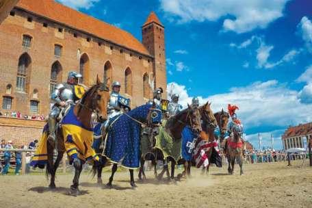 Potyczki rycerskie podczas Turnieju Króla Jana III Sobieskiego co roku przyciągają wielu turystów.