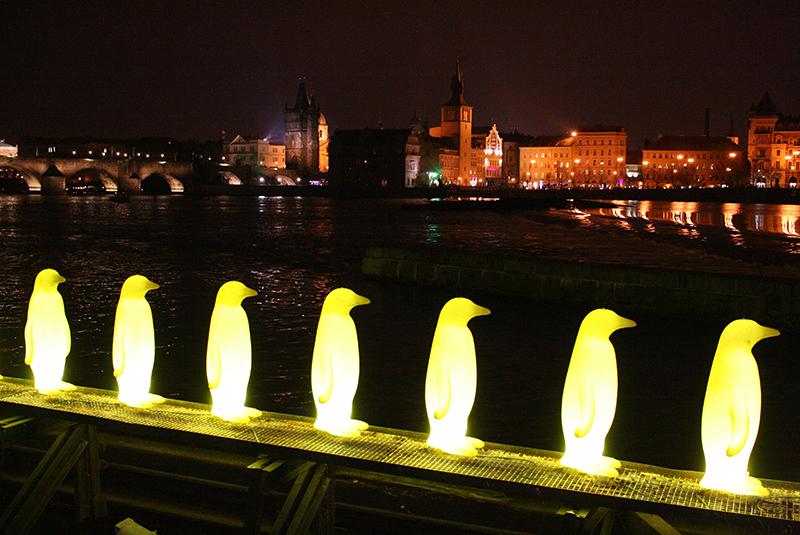 Wieczorem na Kampie najjaśniej świecą pingwiny wędrujące szeregiem w kierunku budynku zajmowanego przez Muzeum Kampy; Praga wydaje się stąd odległa - po prostu inny świat, fot Paweł Wroński