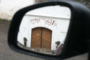 Vinski Podrum - w lusterku naszego smarta ForFour widać wejście do zabytkowych piwnic należących do winiarni Belje, fot. Paweł Wroński
