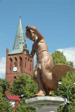 Fontanna-z-Gęsiarką-w-tle-Kościół-Gotycki