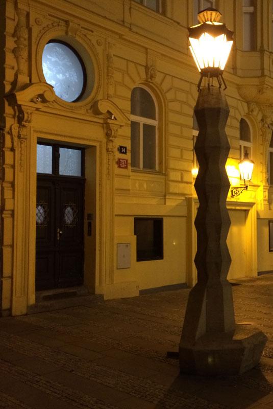 Latarnia w kubistycznym stylu na tyłach Adamovejlékárni, fot. Paweł Wroński