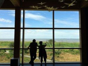 Przez wielkie okna centrum w Sahlenburgu mozna ogarnąć wzrokiem szmaty Morza Wattowego, fot. Paweł Wroński