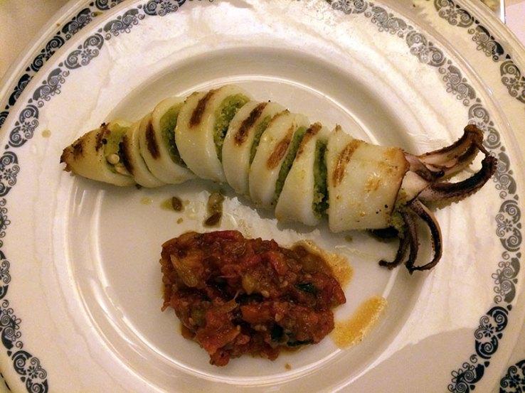 Calamaro ripieno alla griglia, czyli kałamarnica z grilla, ale faszerowana zasmażką z rodzynkami i ziołami, fot. Paweł Wroński