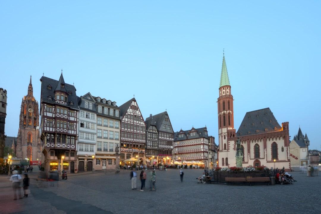 Wschodnia pierzeja placu Römerberg i stary kościół św. Mikołaja, #visitfrankfurt, Holger Ullmann