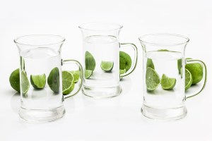 Für jedes Softgetränk ein Glas Wasser zusätzlich zu trinken, ist ein wunderbarer Start.