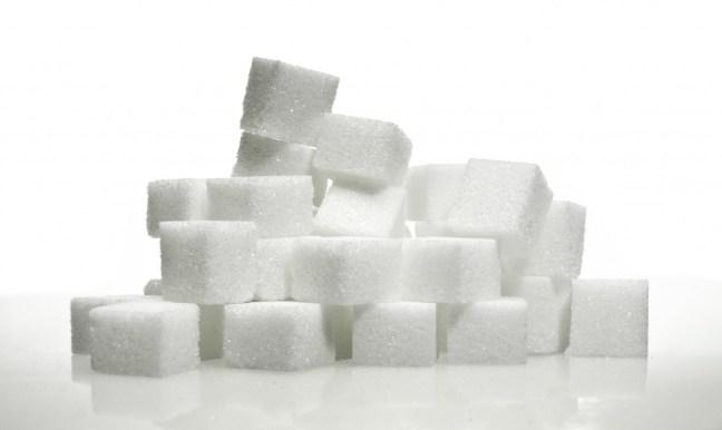 Zuckerkonsum führt zur Produktion von Insulin, dieses Hormon begünstigt jedoch die Fettspeicherung und ist alles andere als Low-Carb.