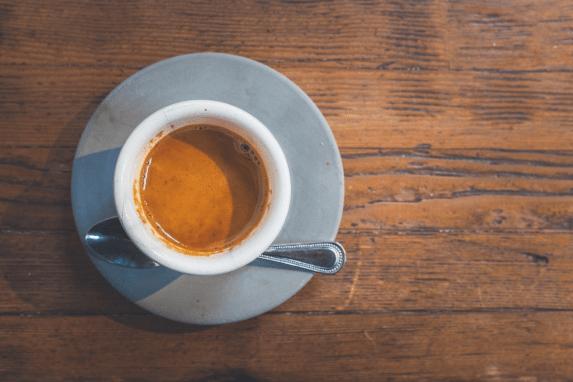 Koffein stört unseren Schlafrhythmus durch die Aktivierung des Nervensystems