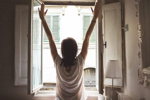 Zeitig aufzustehen hilft unserem Körper, im Einklang mit der inneren Uhr zu agieren.