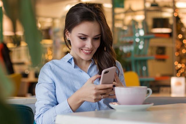 Es ist so einfach, den erstrebten Dopaminschub zu erhalten, wenn wir durch unser Mobiltelefon scrollen.