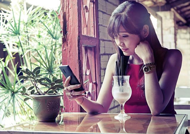 Die Belastung der häufigen Telefonnutzung für unsere Halswirbelsäule ist immens.