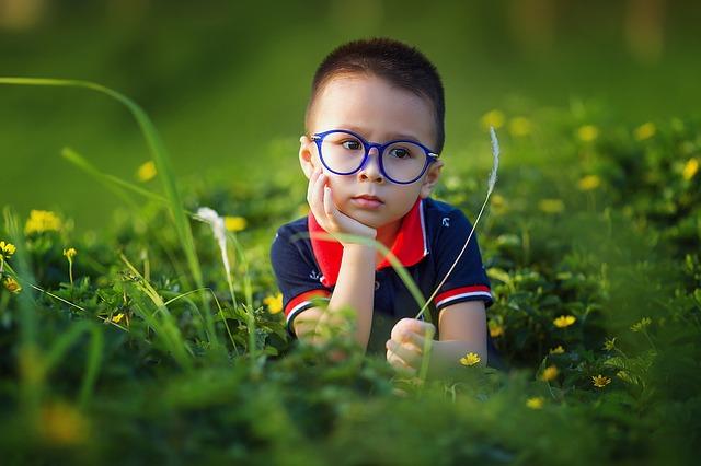 Kurzsichtigkeit ist eine Folge häufiger Bildschirmnutzung.