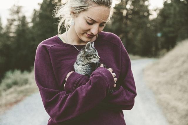 Unser Haustier zu kuscheln setzt Oxitocyn frei, das uns sozial und glücklich macht.