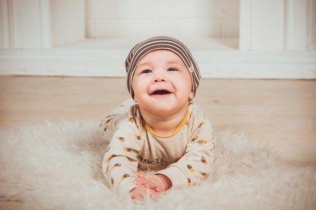 Hochfluoridiertes Trinkwasser in der Schwangerschaft wird mit reduzierter Intelligenz von Kindern in Zusammenhang gebracht.