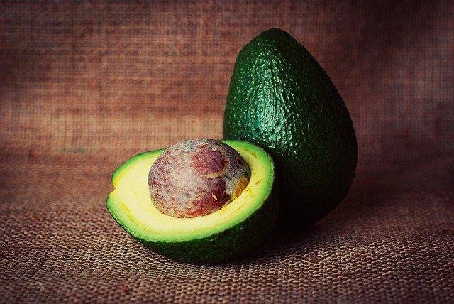Avocados haben viele Kalorien und Nährstoffe.