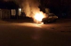 Policía y Bomberos socorren incendio de automóvil