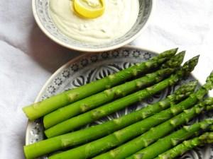 grüner spargel mit gorgonzola-dipp
