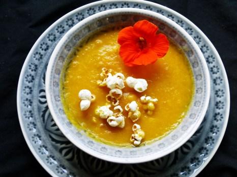 karottensuppe mit kardamon-popcorn
