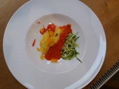 polenta, zucchinispaghetti, paprikasauce