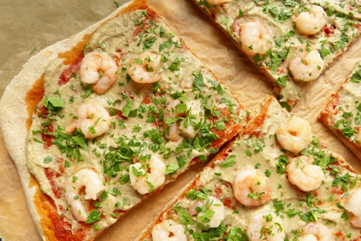 Römische Pizza mit Baba Ghanoush und Garnelen