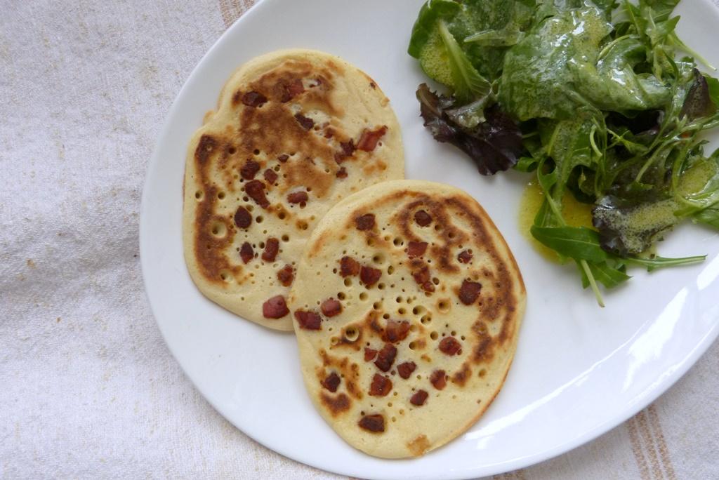 Speckeierkuchen mit Blattsalat