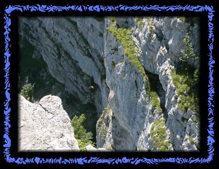 Steil abfallende Felsen am Creux du Van