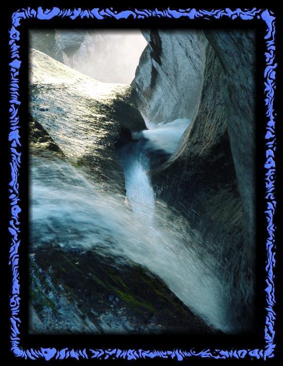 Wasser gräbt sich seinen Weg durch den Fels