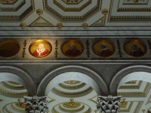 Pauluskirche mit Papstbildern
