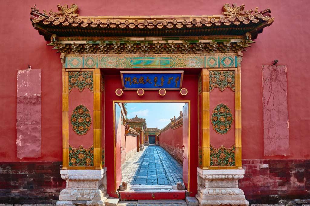 Farbenprächtiges Tor in der Verbotenen Stadt in Peking