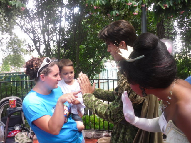 Princess Tiana and Prince Naveen go out of their way to greet little ones!