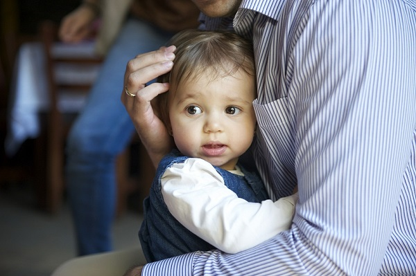 não force a criança a dar abraços e beijos