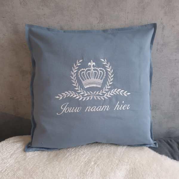 blauwe kussen met kroon en naam