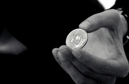 コインを持つ手